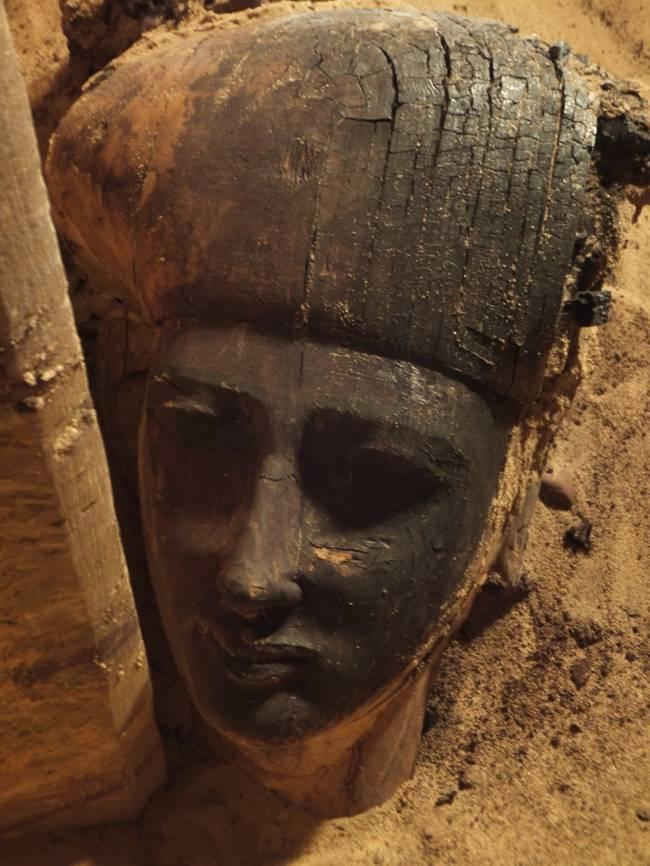 Parte del sarcófago encontrado en la excavación