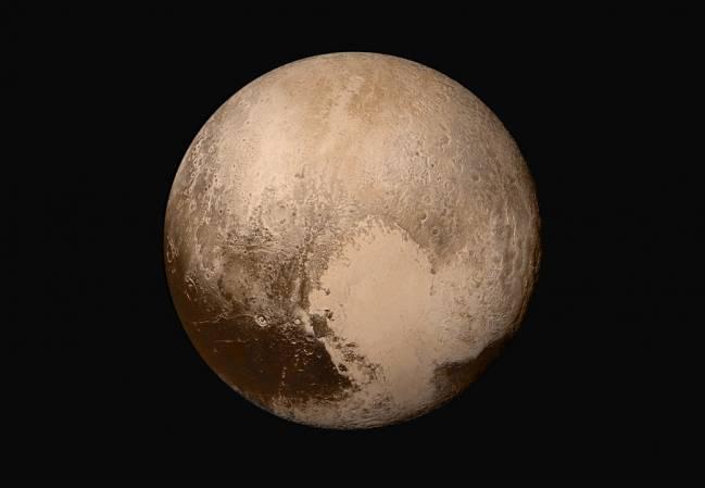 """Imagen en alta resolución de Plutón tomada por la sonda. La extensión brillante es el lóbulo occidental del """"corazón"""", rico en nitrógeno, monóxido de carbono y hielos de metano / NASA / JHUAPL / SwRI."""