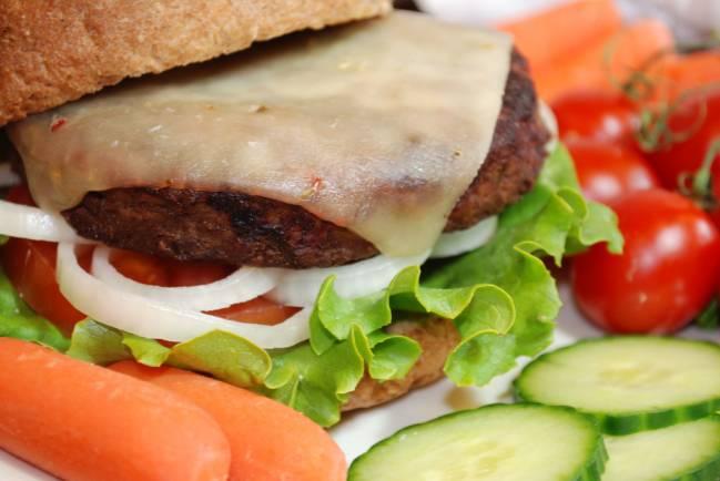 La dieta mediterránea indica que la carne procesada se consuma, como mucho, una vez por semana. / Victoria Henderson.