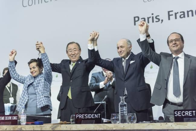De izquierda a derecha, Christiana Figueres, Ban Ki-moon, Laurent Fabius y François Hollande celebran el acuerdo histórico / UN Photo/Mark Garten.