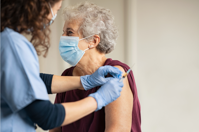 mujer recibiendo vacuna covid