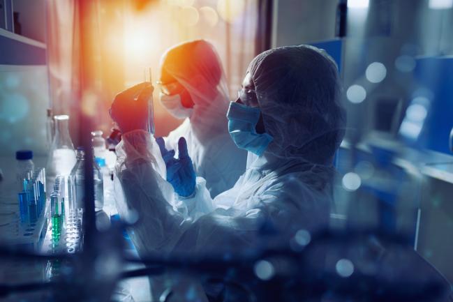 científicos con material de protección trabajan en un laboratorio