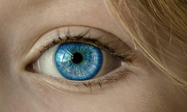 ojo azul de una mujer