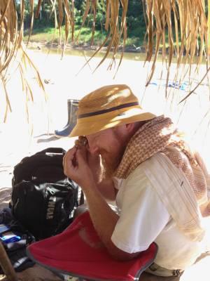 El paleobiólogo Erik Seiffert inspeccionando un pequeño fósil en el sitio de Santa Rosa en el Perú amazónico. Crédito: Dorien de Vries