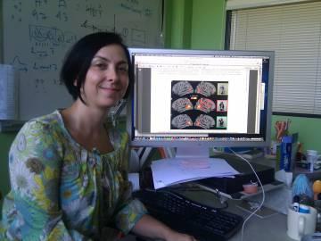Ayse Saygin en su despacho, donde estudia las reacciones del cerebro ante los robots.