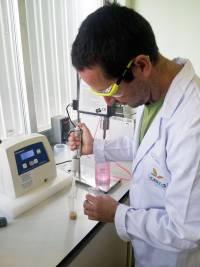 Ceferino Carrera, uno de los autores del trabajo, durante la extracción de los aminoácidos. / Fundación Descubre.