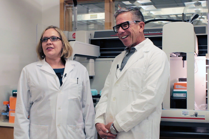 Angela Rasmussen y Michael Katze en su laboratorio de la Universidad de Washington, donde estudian las interacciones huésped-virus. / Brian Donohue